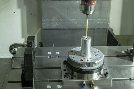 Współrzędnościowa maszyna pomiarowa, sonda CMM zamocowana na pionowej frezarce CNC. Kontrola jakości w procesie produkcji form i matryc za pomocą sondy CMM. Zdjęcie Seryjne