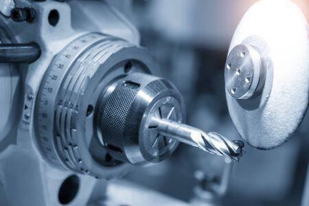 Der Betrieb der Schneidwerkzeugherstellungsmaschinensteuerung durch CNC-Programm Die Schneidwerkzeuge schneiden Schleifprozess durch Schleifmaschinensteuerung durch CNC-Programm.