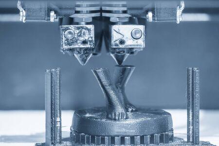 Il funzionamento della macchina da stampa 3D con i materiali termoplastici. Il processo di produzione rapida di prototipi mediante macchina da stampa 3D.
