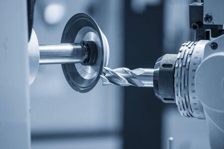 Der Betrieb der Schneidwerkzeugherstellungsmaschinensteuerung durch CNC-Programm Die Schneidwerkzeuge schneiden Schleifprozess durch Schleifmaschinensteuerung durch CNC-Programm. Standard-Bild