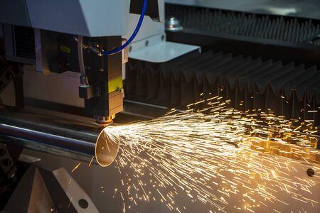 La machine de découpe laser à fibre coupant le tube en acier inoxydable contrôle par programme CNC. Le traitement de la tôle par machine de découpe laser permet de graver les pièces de tuyaux en acier inoxydable.