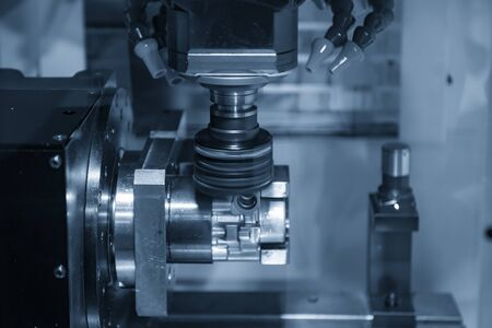 The 4-axis CNC milling machine cutting the automotive parts by face milling tools. The hi-precision automotive parts manufacturing process by multi-axis machining center . Banque d'images