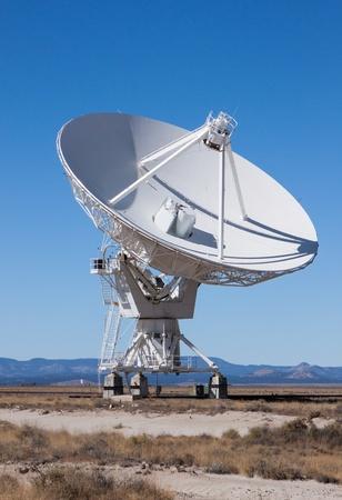 antena parabolica: Radio Gran antena parabólica utilizada para las comunicaciones Foto de archivo