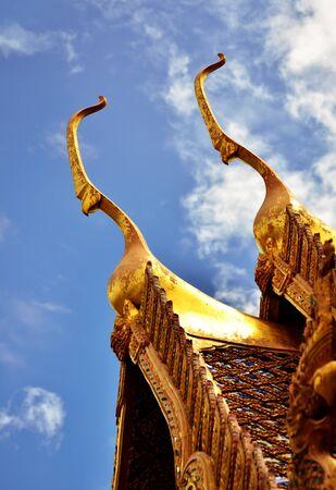 Detail van rijk versierde tempel Dak in Bangkok, Thailand
