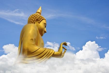 Gouden Boeddha In Blauwe Hemel