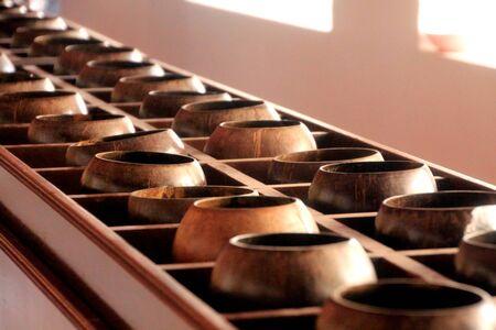 limosna: limosnas del monje tazones en el templo tailandés Foto de archivo