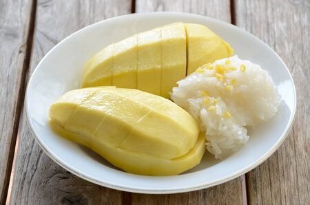 Thai style tropical dessert, glutinous rice eat with mangoes. Reklamní fotografie