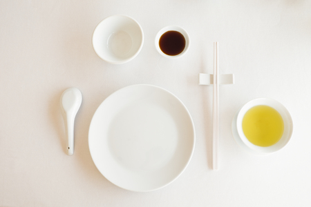 Table set white porcelain ready for serve in chinese restaurant Zdjęcie Seryjne