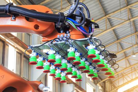 공장 4.0 개념, 제조 공장의 스마트 창고 용 산업용 로봇 암에 진공 패드 따기, 스톡 콘텐츠
