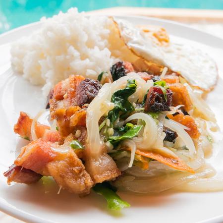 santa cena: estilo tailandés salteado de cerdo crujiente con albahaca morada, pimiento, cebolla y arroz al vapor Foto de archivo