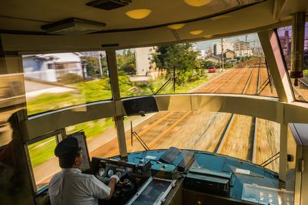 treno espresso: Yufuin, Giappone - 28 settembre 2014: Driver di guida il treno espresso Yufuin no Mori. Yufuin no Mori (La Foresta di Yufuin) sono limitati servizi treno espresso gestiti dalla Kyushu Railway Company (JR Kyushu) che corrono da Hakata via Yufuin a Oita e Beppu Editoriali
