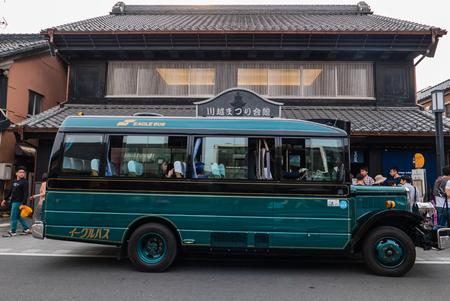 Kawagoe, Japon - 1 mai 2016: bus rétro pour les touristes dans la ville Kawagoe. Kawagoe est une ville dans la préfecture de Saitama, dans la région centrale du Japon Kanto. La ville est connue localement comme « Little Edo » après l'ancien nom de Tokyo, en raison de ses nombreux bâtiments historiques
