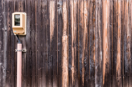 electric meter: Textura de madera, Pared de madera del tablón con el medidor de electricidad en Shirakawa-go, Japón
