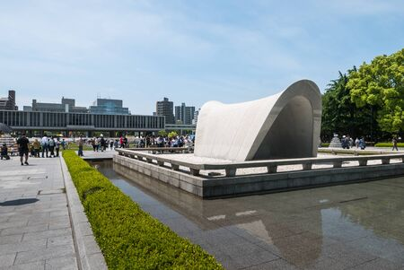bombe atomique: Hiroshima, Japon - 5 mai 2016: Le cénotaphe au parc Mémorial de la Paix d'Hiroshima. Hiroshima Peace Memorial Park est un parc commémoratif dans le centre de Hiroshima, au Japon. Il est dédié à l'héritage d'Hiroshima comme la première ville au monde à suffe