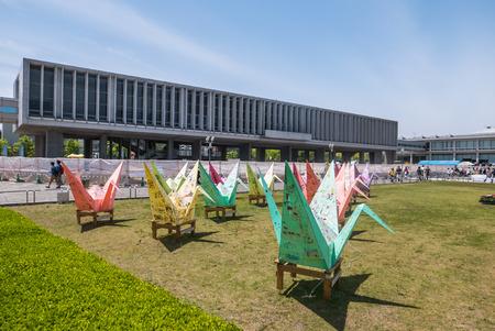 Hiroshima, Japón - 5 de mayo 2016: modelos de Origami en el parque de la Paz de Hiroshima. Hiroshima Peace Memorial Park es un parque conmemorativo en el centro de Hiroshima, Japón. Está dedicado al legado de Hiroshima como la primera ciudad en el mundo para sufrir un nuc Foto de archivo - 63167193