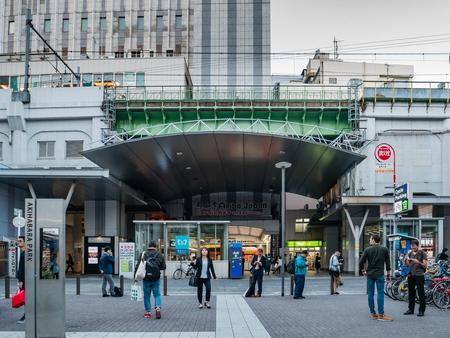 Tokio, Japonia - 29 października 2018: Japończycy i turyści odwiedzający stację metra Akihabara i park Akihabara w Tokio, Japonia
