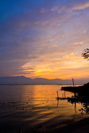 Estanque en la puesta de sol