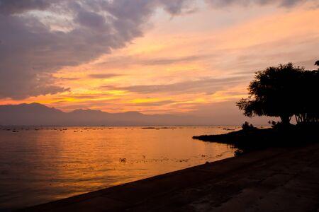 Puesta de sol sobre el lago llamado Kwan Phayao en el norte de Tailandia Foto de archivo