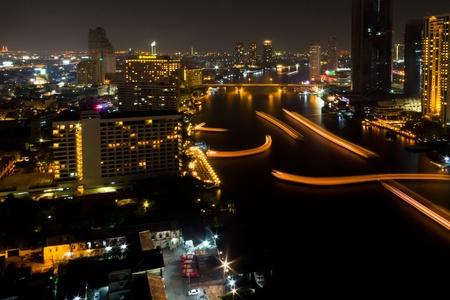 Arriba el centro de Bangkok de rascacielos ver por la noche desde la parte superior de Bangkok