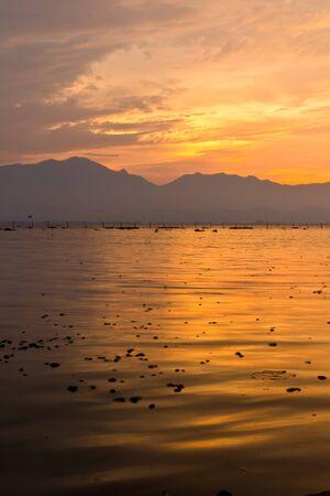Puesta de sol sobre el lago en Tailandia Foto de archivo