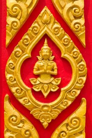 arte tailandesa en la puerta del templo
