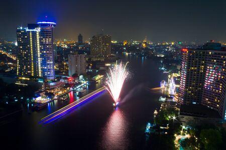 petardo: Ciudad de Bangkok por la noche con fuegos artificiales, Bangkok, Tailandia