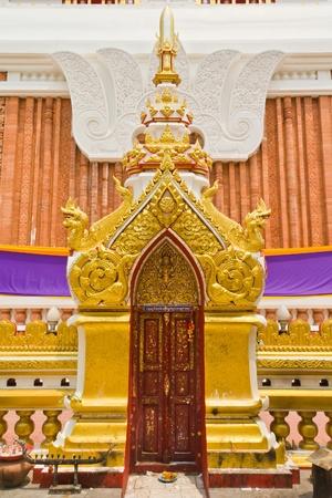Bella escultura tailandesa en la puerta del templo
