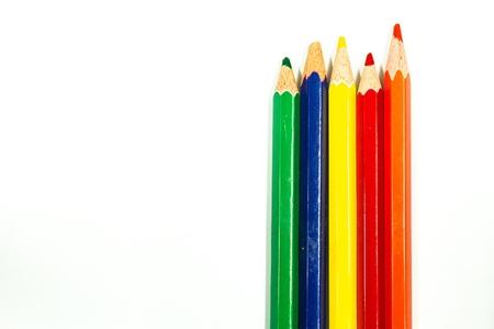 L?pices de color aislados sobre fondo blanco de cerca