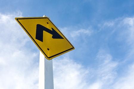 su vez signo correcto camino amarillo en el fondo del cielo
