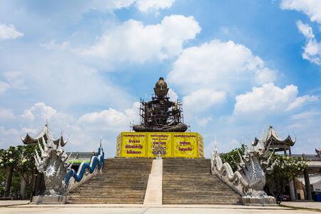 Buda gigante sentado con fondo de cielo azul