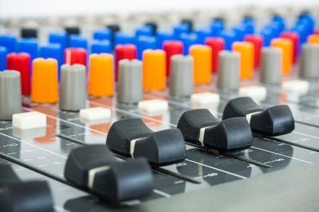 Primer plano de la Junta de sonido en estudio