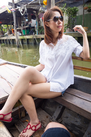 Mujer bonita parece tan fresco en un barco