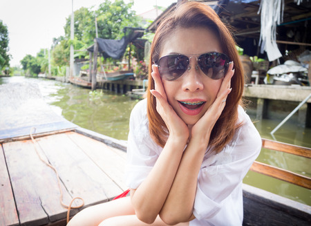 Mujer bonita es la felicidad en un barco