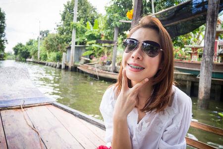 Linda mujer es la sonrisa en un barco Foto de archivo
