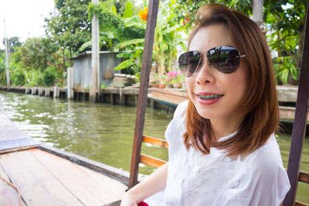 Mujer bonita en un barco