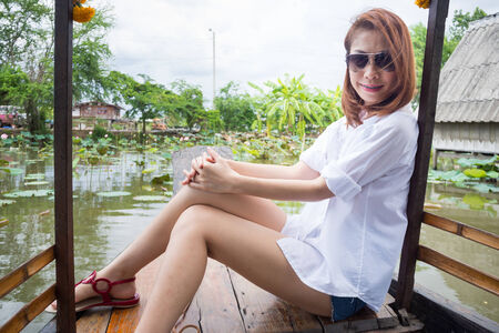 La mujer bonita se sienta en un barco Foto de archivo