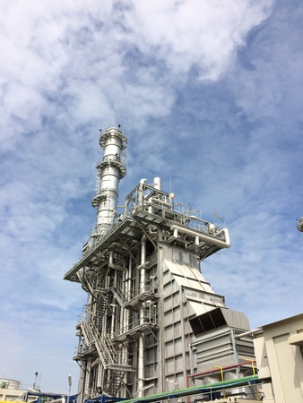 turbina de vapor: Power plant with HRSG in morning sky