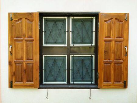 ventana abierta: rejillas de ventana y la ventana de madera