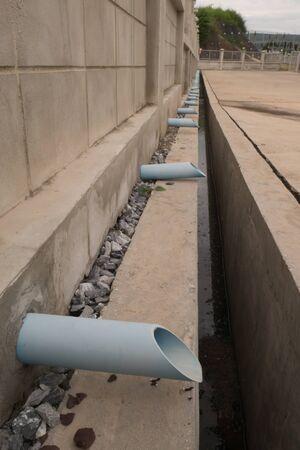 desague: el tubo de desagüe en la pared de hormigón