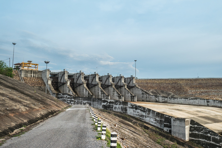 spillway: Dams and floodgates