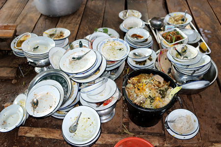Plate, bowl, spoon. Have not washed. Are stack on wooden board. Food waste stuck. Have a full tank of food waste. 스톡 콘텐츠 - 101139174