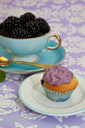 brambleberry: Negro berry cupcakes con una taza de frutas