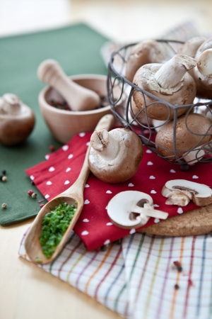 heartshaped: Fresh champignons in a heart-shaped mesh basket