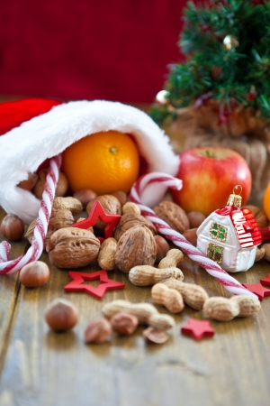 Kerstsok gevuld met fruit en noten