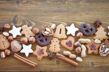 galletas de navidad: Diversas galletas de la Navidad, frutos secos y pan de jengibre Foto de archivo