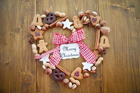 Hart-vormig frame gemaakt van cookies en noten voor Kerstmis