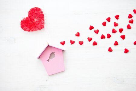 Witte houten achtergrond met hartjes