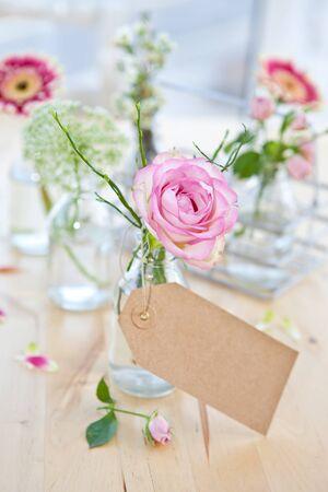 Verse bloemen in kleine flesjes Stockfoto