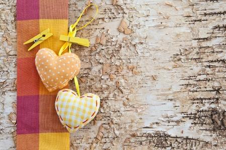 Houten achtergrond gemaakt van berken met kleine hartjes Stockfoto