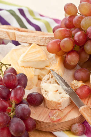 deatil: Kaese, Brot und frische Weintrauben